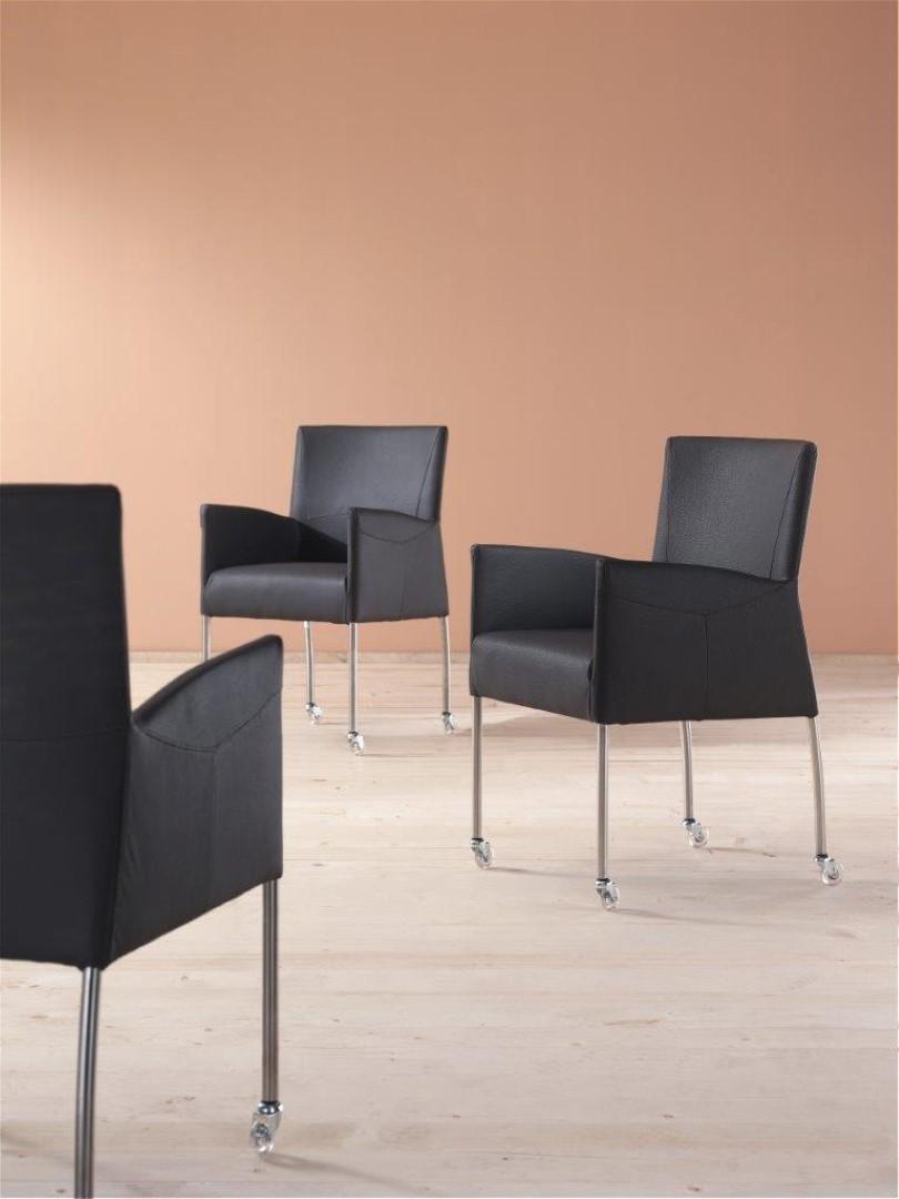 Armstoel op wieltjes zwart deba meubelen for Keukenstoelen met wieltjes
